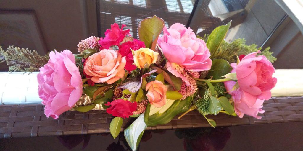 サロンやカフェでは、たくさんのお花たちがお出迎えしてくれます